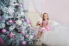 Petite fille de sourire heureuse avec le boîte-cadeau de Noël Images libres de droits