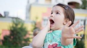 Petite fille de sourire heureuse sur le terrain de jeu Photos libres de droits