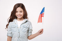 Petite fille de sourire représentant la nation américaine dans le studio photographie stock libre de droits