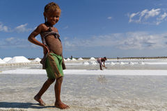 Petite fille de sourire sur les étangs de sel Photo libre de droits