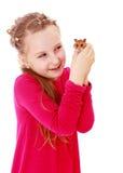 Petite fille de sourire tenant des mains devant a Images libres de droits