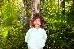 Petite fille de touristes posant dans la jungle maya de la Riviera images stock