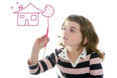 Petite fille dessinant la maison d'état réel Photos libres de droits