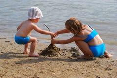 Petite fille deux sur la plage Images libres de droits