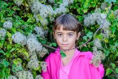 Petite fille devant un buisson photo libre de droits
