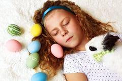 Petite fille dormant le matin de Pâques Image libre de droits