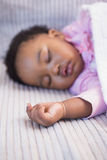 Petite fille dormant sur le sofa photos libres de droits
