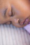 Petite fille dormant sur le sofa photographie stock