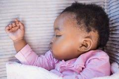 Petite fille dormant sur le sofa images stock