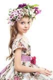 Petite fille douce avec la guirlande principale florale photographie stock