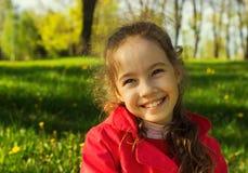Petite fille douce dehors avec les cheveux bouclés dans le vent Image libre de droits