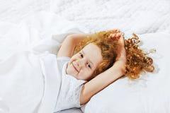 Petite fille douce dormant dans le lit images libres de droits