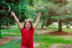 Petite fille drôle avec onduler le drapeau américain Jour de la Déclaration d'Indépendance, jour de collecte image libre de droits