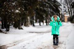 Petite fille drôle ayant l'amusement dans le beau parc d'hiver photos stock