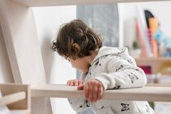 Petite fille drôle dans des pijamas mignons ayant l'amusement images stock