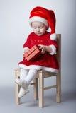 Petite fille drôle avec le cadeau de Noël photos stock