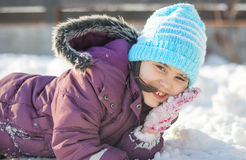 Petite fille drôle ayant l'amusement dans le beau parc d'hiver pendant les chutes de neige Photos stock