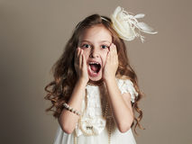 Petite fille drôle dans la robe Enfant criard Photo libre de droits