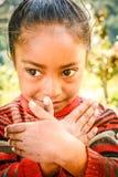 Petite fille du Népal faisant des gestes avec ses mains Images stock