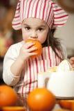 Petite fille effectuant le jus frais Photos libres de droits