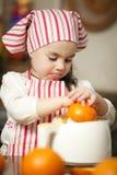 Petite fille effectuant le jus frais Photo libre de droits