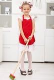 Petite fille effectuant le travail de ménage images stock