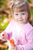 Petite fille effectuant le ventilateur de bulle sur la forêt d'automne Photographie stock