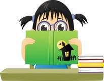 Petite fille effrayée lisant une présentation horizontale sur microfilm d'horreur Photographie stock