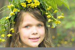 Petite fille en guirlande de fleurs Photos libres de droits