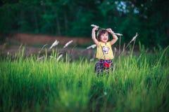 Petite fille en jouant en parc de bruyère Image stock