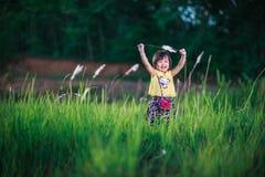 Petite fille en jouant en parc de bruyère Photos stock