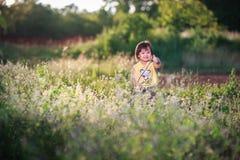 Petite fille en jouant en parc de bruyère Images stock