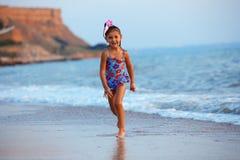 Petite fille en mer Photographie stock libre de droits