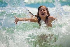 Petite fille en mer en jour ensoleillé image stock