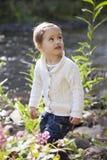 Petite fille en parc à la rivière images libres de droits