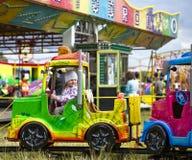 Petite fille en parc d'attractions Image libre de droits