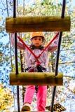Petite fille en parc d'aventure photographie stock libre de droits