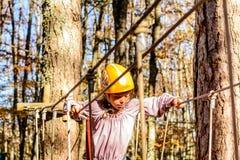 Petite fille en parc d'aventure image libre de droits