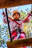 Petite fille en parc d'aventure photo libre de droits