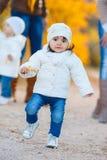 Petite fille en parc jaune d'automne Image stock