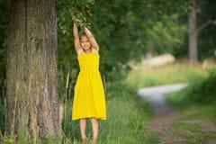 Petite fille en parc près d'un arbre nature Images libres de droits