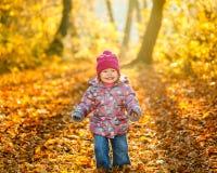 Petite fille en stationnement Photographie stock libre de droits