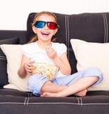 Petite fille regardant la TV Images libres de droits