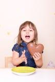 Petite fille enthousiaste avec le coeur de chocolat Photo stock