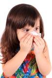 Petite fille essuyant le nez avec le tissu Images libres de droits