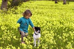 Petite fille et chien de Jack Russel Photographie stock