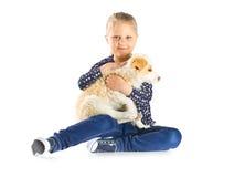 Petite fille et chiot Image stock