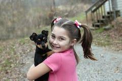 Petite fille et chiot de chiwawa Image libre de droits
