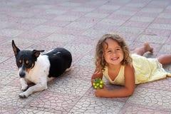 Petite fille et crabot photographie stock libre de droits
