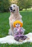 Petite fille et crabot Photographie stock